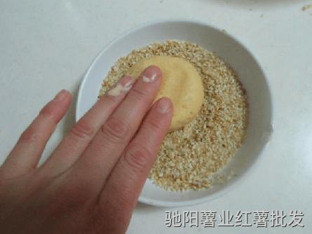 红薯豆沙球按压在芝麻中