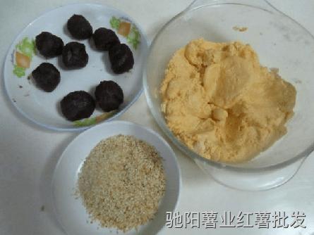 豆沙馅料搓成小球